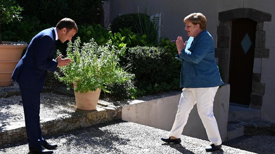 Le président français Emmanuel Macron accueille la chancelière allemande Angela Merkel au fort de Brégançon, à Bormes-les-Mimosas, dans le sud-est de la France, le 20 août 2020