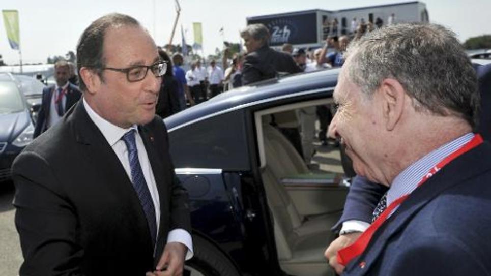 Le président François Hollande rencontre le président de la Fédération internationale de l'Automobile, Jean Todt, à son arrivée sur le circuit des 24 Heures du Mans, le 13 juins 2015