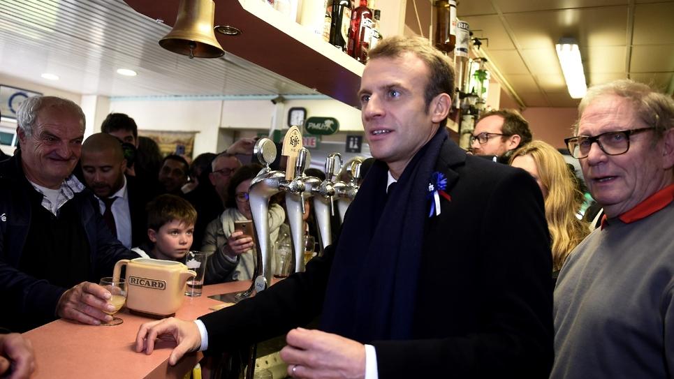 Emmanuel Macron a rencontré des habitants dans un bar PMU de Bully-les-Mines, dans le nord de la France le 9 novembre 2018