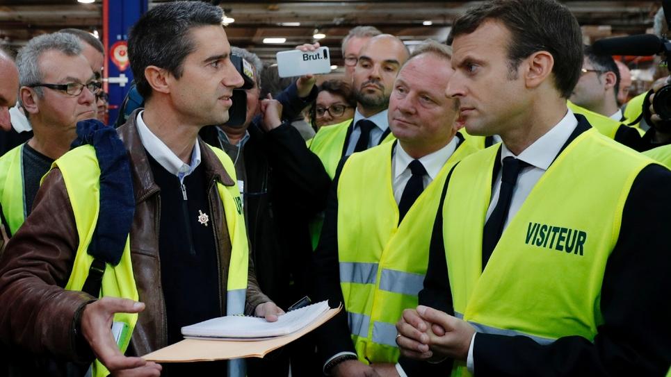 Le député François Ruffin (LFI) discutant avec le président de la République Emmanuel Macron lors de la visite de ce dernier à l'usine Whirlpool d'Amiens (nord), le 3 octobre 2017