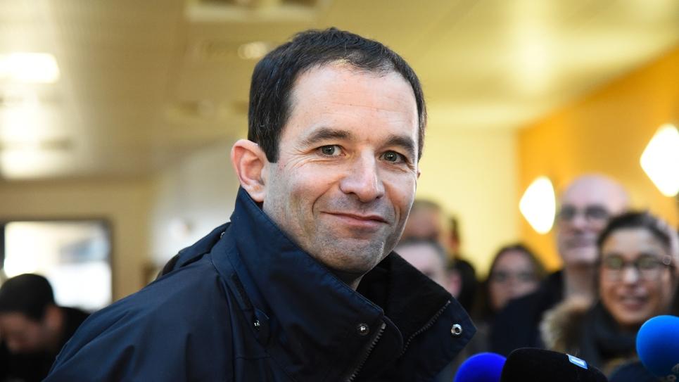 Le candidat à la primaire du PS Benoît Hamon vote à Trappes, près de Paris, le 22 janvier 2017