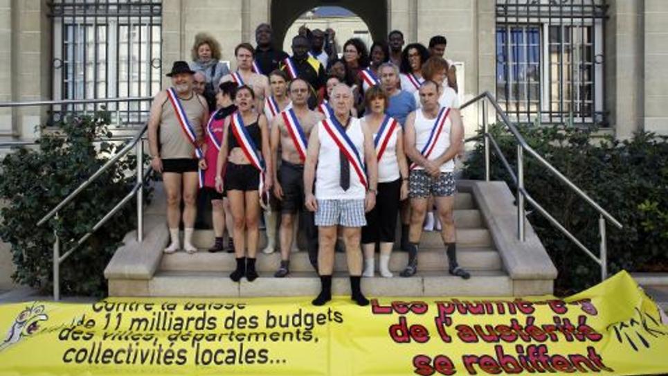 Des élus de l'Ile-Saint-Denis en petite tenue pour interpeller le  gouvernement sur la baisse de la dotation budgétaire aux collectivités locales, le 29 novembre 2014