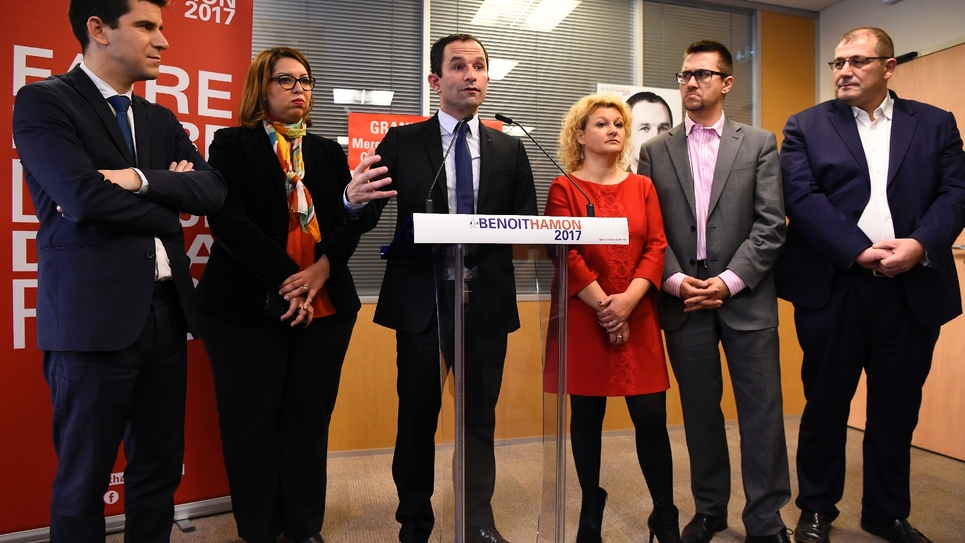 Benoît Hamon avec son équipe, dont Alexis Bachelay (2e à G), le 9 décembre 2016 à Paris
