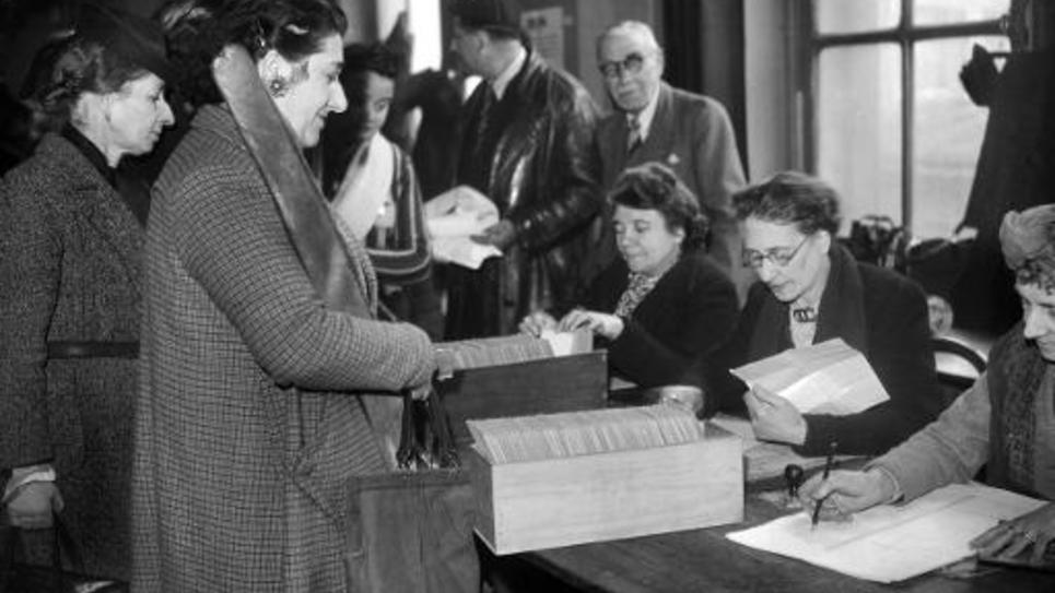 Des femmes votent pour la première fois lors du premier tour des élections municipales le 29 avril 1945 à Paris