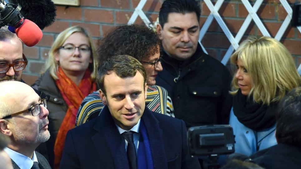 Emmanuel Macron et sa femme Brigitte Trogneux en campagne pour la présidentielle le 14 janvier 2017 à Hellesmes près de Lille