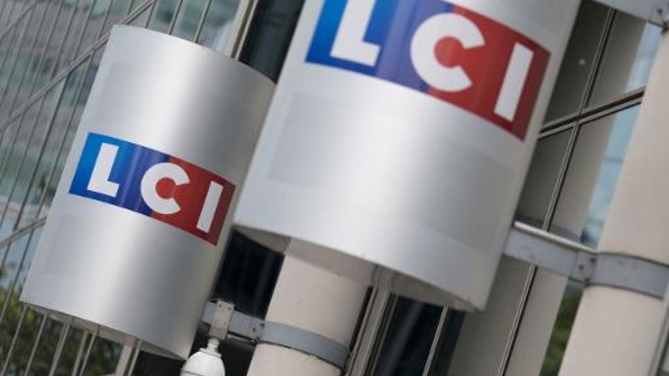 Le logo de la chaîne LCI à l'entrée de la tour TF1, le 29 juillet 2014 à Boulogne-Billancourt