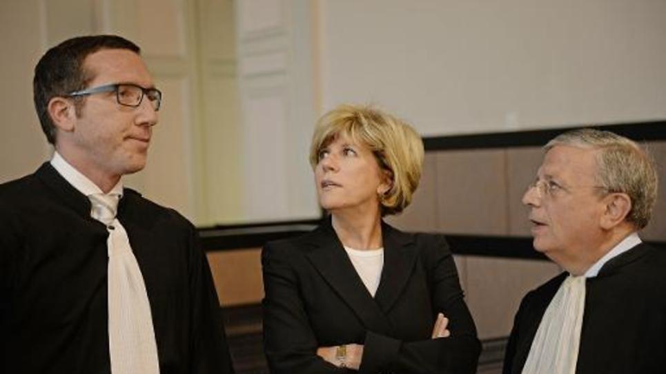 La députée des Bouches-du-Rhone Sylvie Andrieux (c) parle à ses avocats Gaetan Di Marino (d) et Gregoire Ladouari (g) à Aix-en-Provence le 2 juin 2014