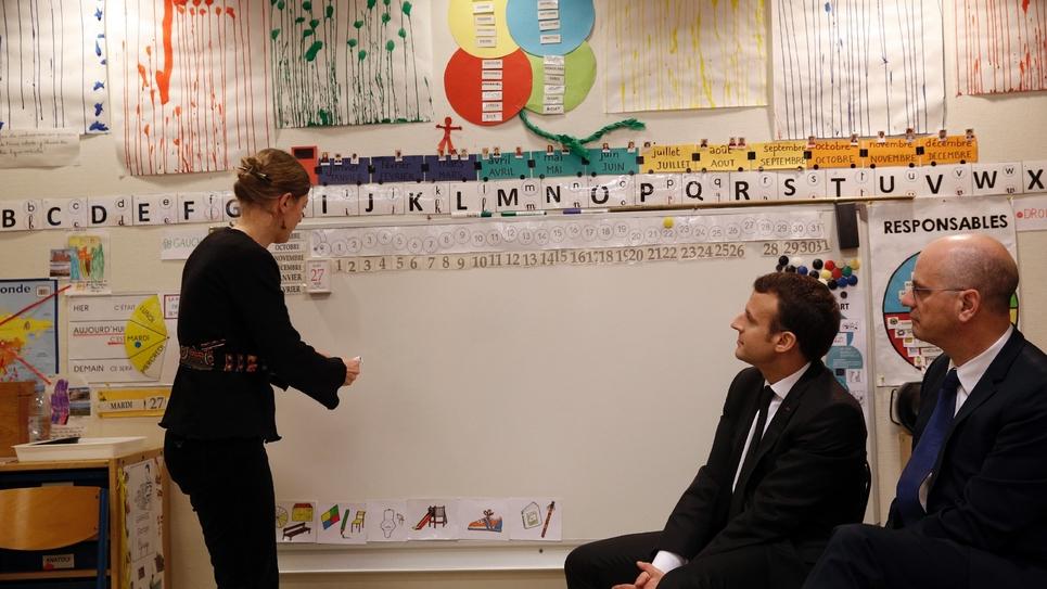 Emmanuel Macron et le ministre de l'Education nationale Jean-Michel Blanquer dans une école à Paris en mars 2018