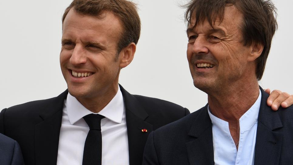Le président Emmanuel Macron (g) et le ministre de l'Ecologie Nicolas Hulot, lors d'une visite au Cap Fréhel à Plévenon, le 20 juin 2018