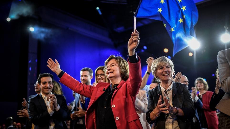 Nathalie Loiseau, tête de liste LREM pour les élections européennes, agite un drapeau européen lors d'un meeting à Aubervilliers, près de Paris, le 30 mars 2019