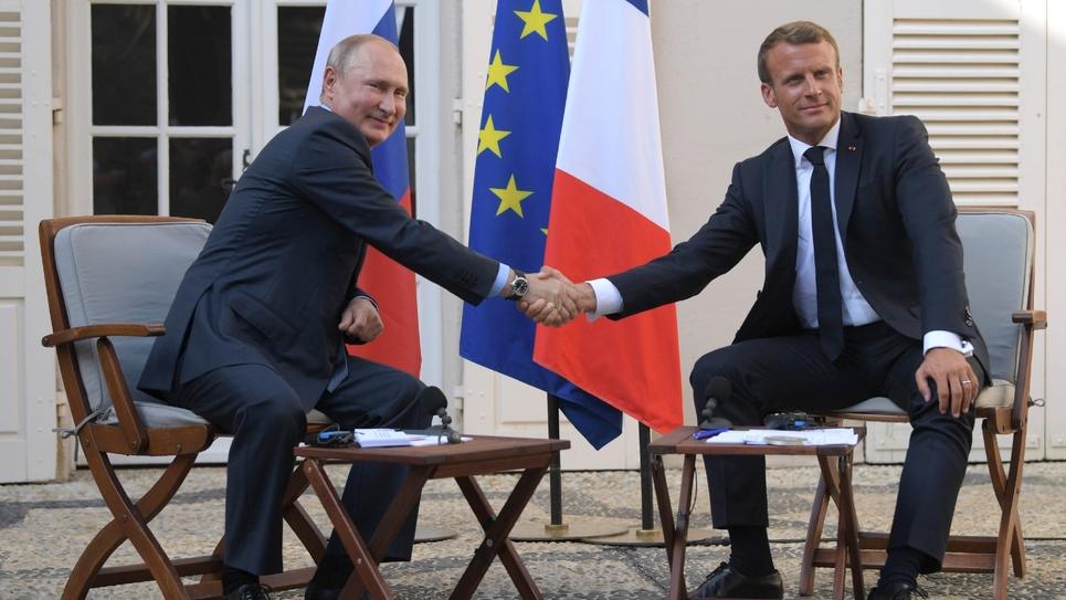 Le président français Emmanuel Macron accueille son homologue russe Vladimir Poutine au fort de Brégançon, le 19 août 2019 près de Bormes-les-Mimosas