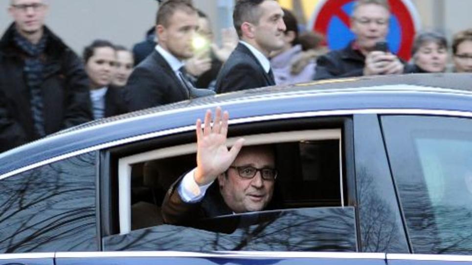 François Hollande salue la foule après la présentation de ses voeux aux Corréziens à Tulle, le 17 janvier 2015
