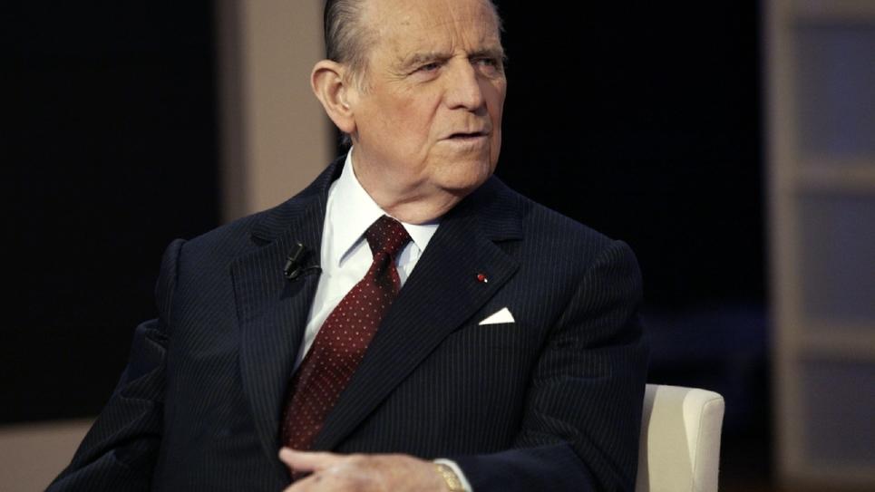 """L'ancien ministre Raymond Barre participe, le 16 février 2004 sur un plateau de France 2 à Paris, à l'enregistrement de l'émission """"100 minutes pour convaincre"""""""