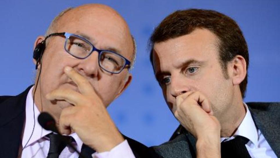 Les ministres des Finances Michel Sapin (g) et de l'Economie Emmanuel Macron, le 2 décembre 2014