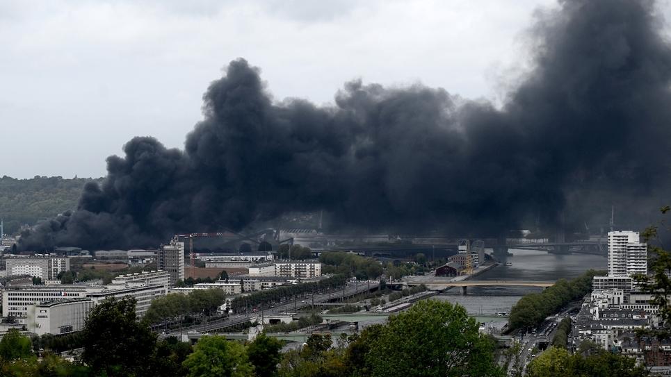 Une photo de l'incendie de l'usine chimique classée Seveso de Lubrizol, détruite par un incendie le 26 septembre 2019 à Rouen