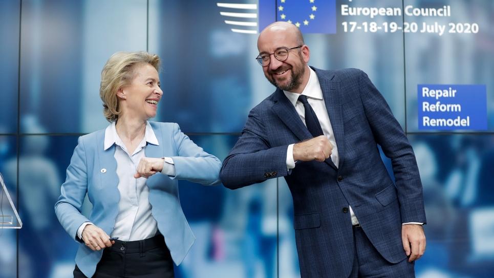 La présidente de la Commission  Ursula Von Der Leyen (g) et du Conseil Charles Michel se félicitent après l'accord arraché au forceps suite au Sommet européen à Bruxelles le 21 juillet 2020