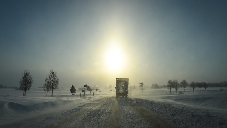 Un camion sur une route de Mouthe, localité surnommée aussi la Petite Sibérie dans le Jura, où la température a chuté à -13 degrés le 17 janvier 2017