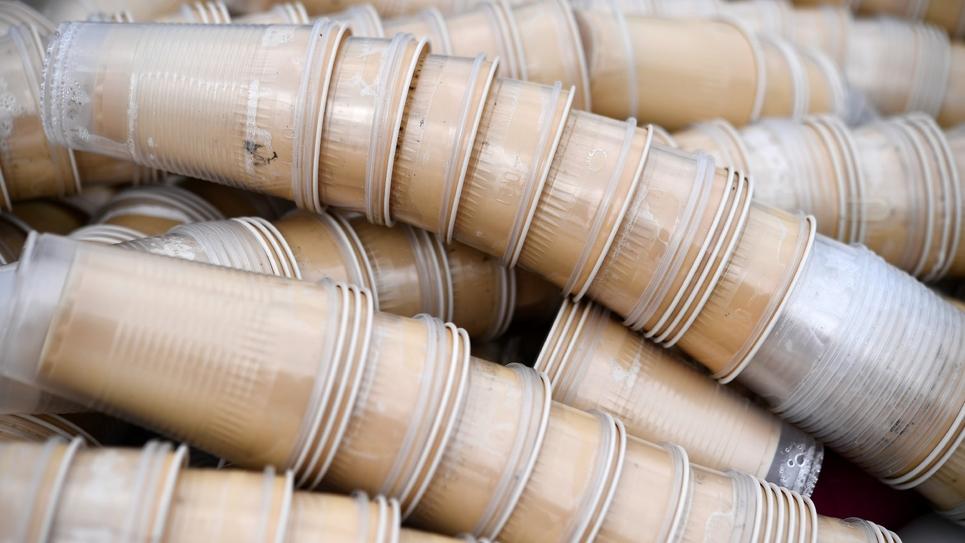 Gobelets en plastique sur le site de recyclage de Bourg-Blanc (Finistère), le 29 mai 2018