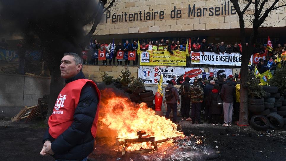 Blocage d'un centre pénitentiaire par des gardiens à Marseille, le 24 janvier 2018