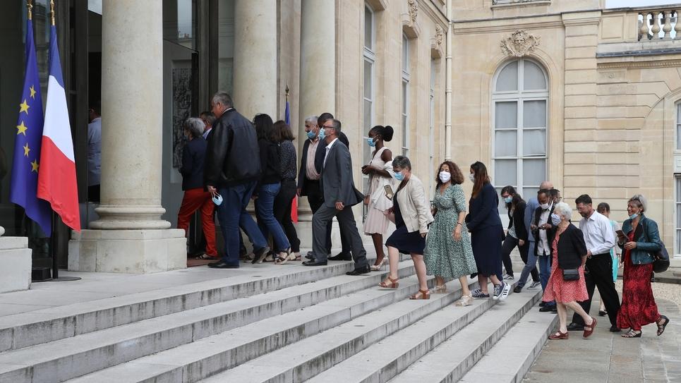 Des membres de la Convention citoyenne pour le climat arrivent à l'Elysée le 29 juin 2020 à Paris