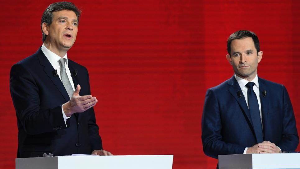 Les candidats à la primaire du PS Arnaud Montebourg (g) et Benoît Hamon à Paris, le 15 janvier 2017