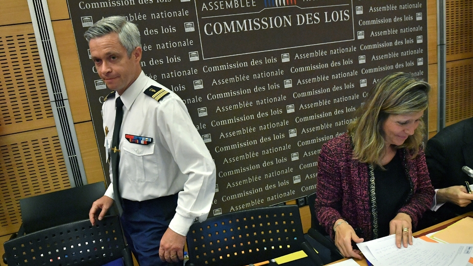 Le colonel Lionel Lavergne et la députée Yaël Braun-Pivet à la commission des Lois à l'Assemblée nationale à Paris, le 25 juillet 2018