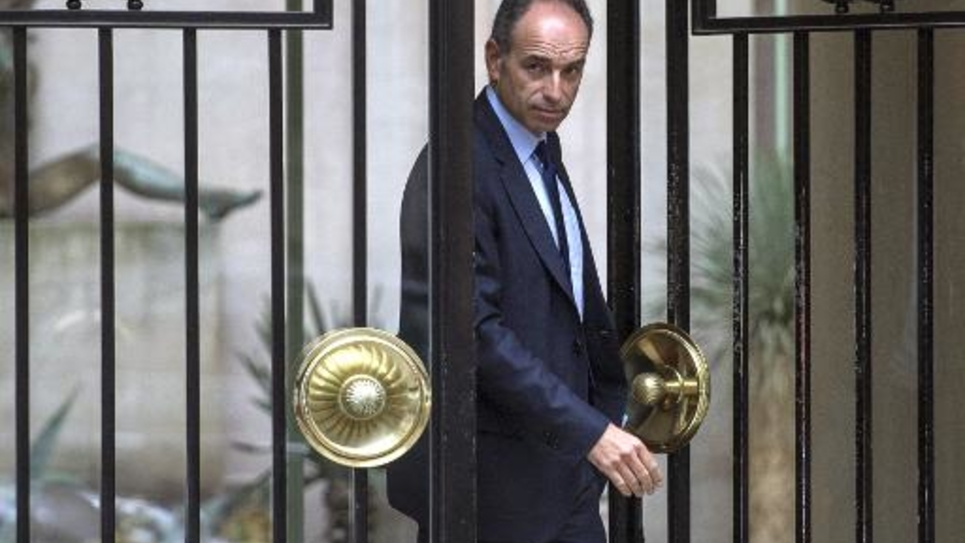 Jean-François Copé se prépare à aller au Bureau politique de l'UMP le 27 mai 2014 à Paris