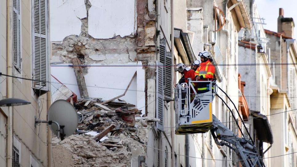 Des pompiers contrôlent un immeuble mitoyen de ceux qui se sont effondrés rue d'Aubagne à Marseille, le 8 novembre 2018