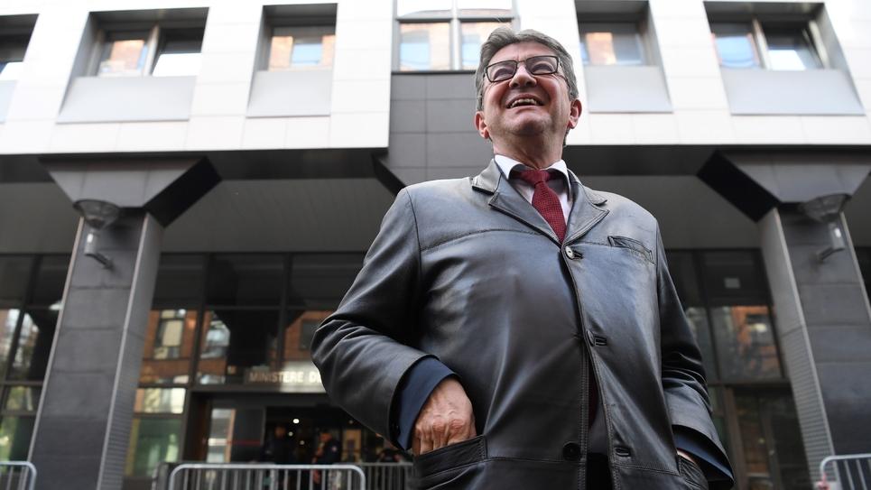 Le leader de la France insoumise (LFI) et député Jean-Luc Mélenchon quitte les locaux de la police anti-corruption après une audition, le 18 octobre 2018 à Nanterre, près de Paris