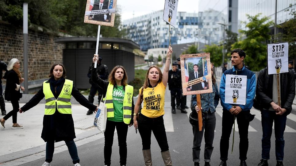 Manifestation de soutien aux huit militants écologistes jugés pour vol pour avoir décroché des portraits du président de la République, à l'occasion de leur procès le 11 septembre 2019 à Paris