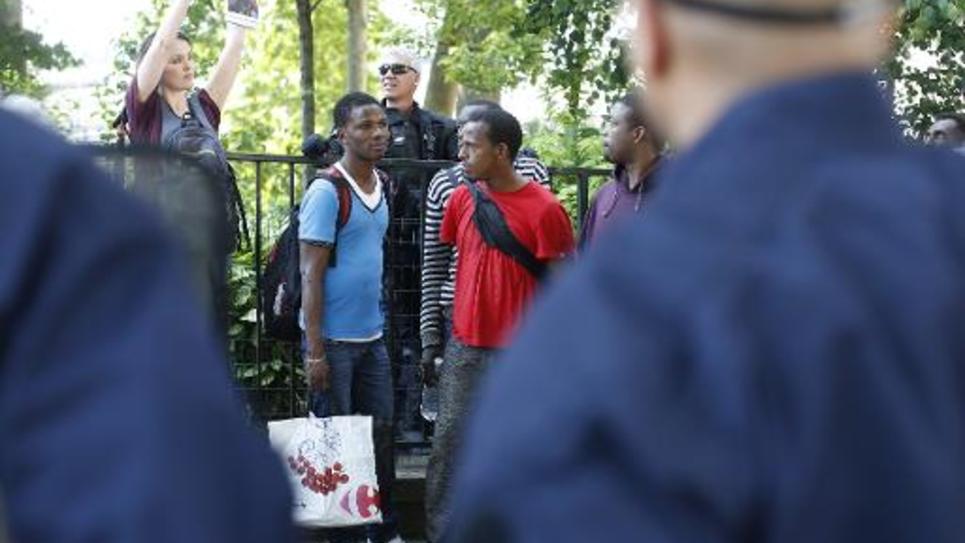 Des migrants évacués du jardin public de l'église Saint-Bernard, à Paris, le 5 juin 2015