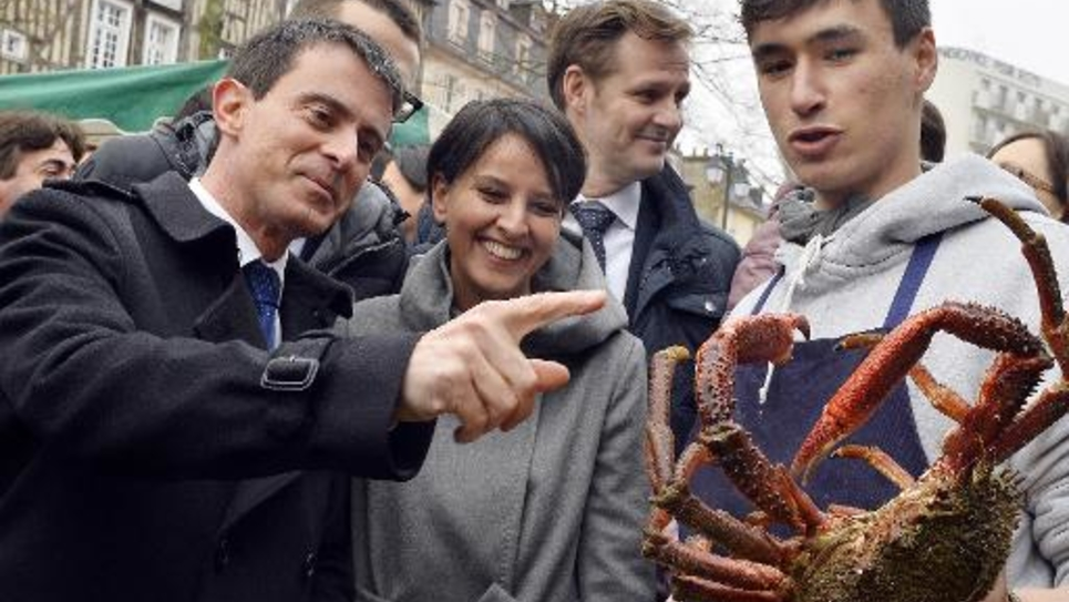 Le Premier ministre français Manuel Valls (g) et la ministre de l'Education nationale Najat Vallaud-Belkacem (2e à g) pendant une visite du marché des Lices à Rennes, le 28 février 2015