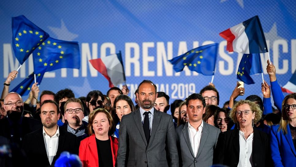 La tête de liste de la majorité aux Européennes, Nathalie Loiseau (2e g) au côté d'Edourd Philippe, devant ses partisans à Caen, le 6 mai 2019