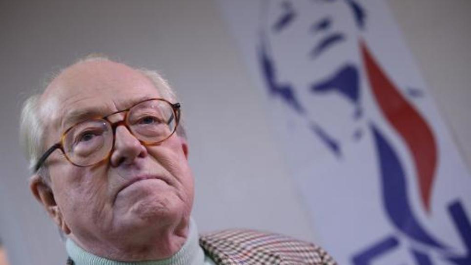Jean-Marie Le Pen répond aux journalistes à Nanterre le 23 mars 2014