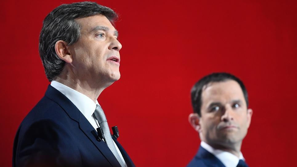 Les candidat à la primaire dy PS Arnaud Montebourg (g) et Benoît Hamon lors du deuxième débat télévisé, le 15 janvier 2017