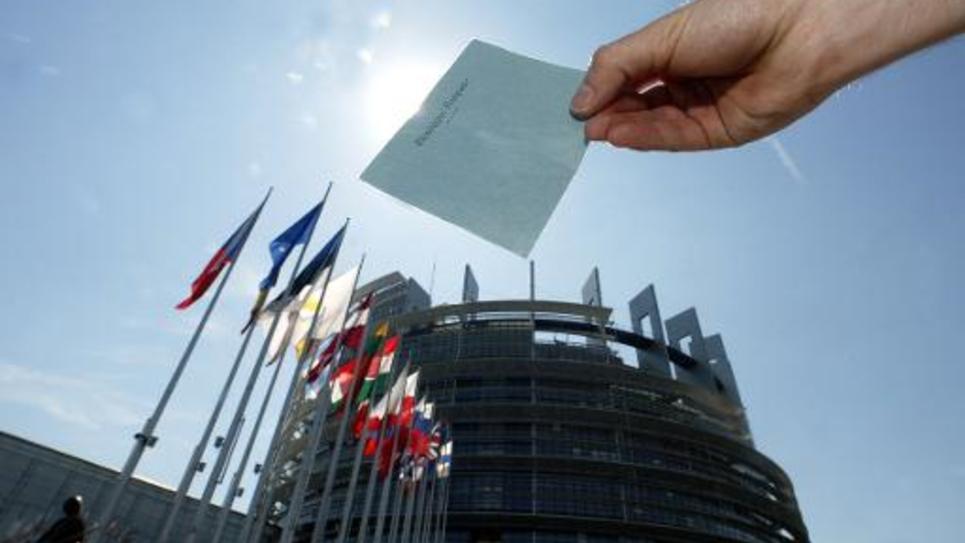 Une enveloppe destinée au  bulletin de vote présentée  le 08 juin 2004, devant le Parlement européen à Strasbourg