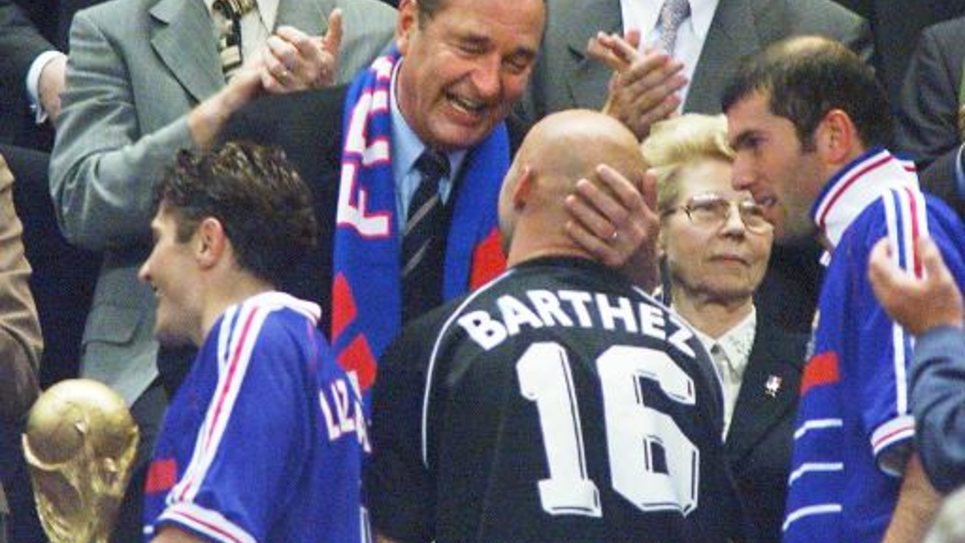 L'ancien président Jacques Chirac (c) félicite Fabien Barthez (numéro 16), entouré de Bixente Lizarazu (g) et de Zinedine Zidane (d) le 12 juillet 1998 au Stade de France à Saint-Denis