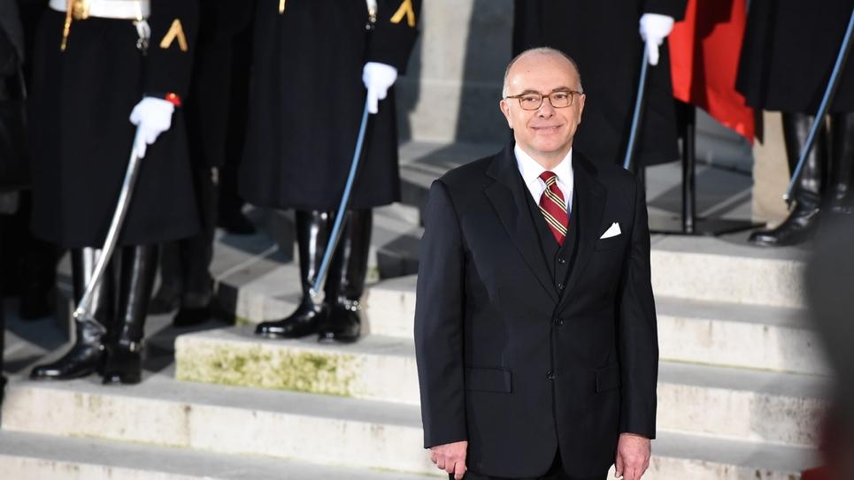 Bernard Cazeneuve sur les marches de Matignon à l'issue de la cérémonie de passation de pouvoir le 6 décembre 2016 à Paris