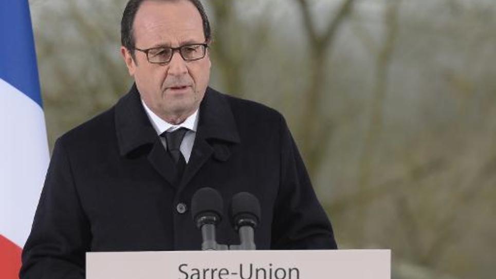 Le président François Hollande, le 17 février 2015 dans le cimetière juif profané de Sarre-Union, dans le Bas-Rhin