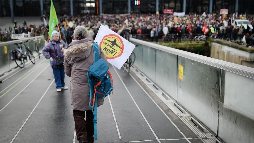Des opposants au projet d'aéroport Notre-Dame-des-Landes manifestent devant le tribunal de Nantes, le 13 janvier 2016