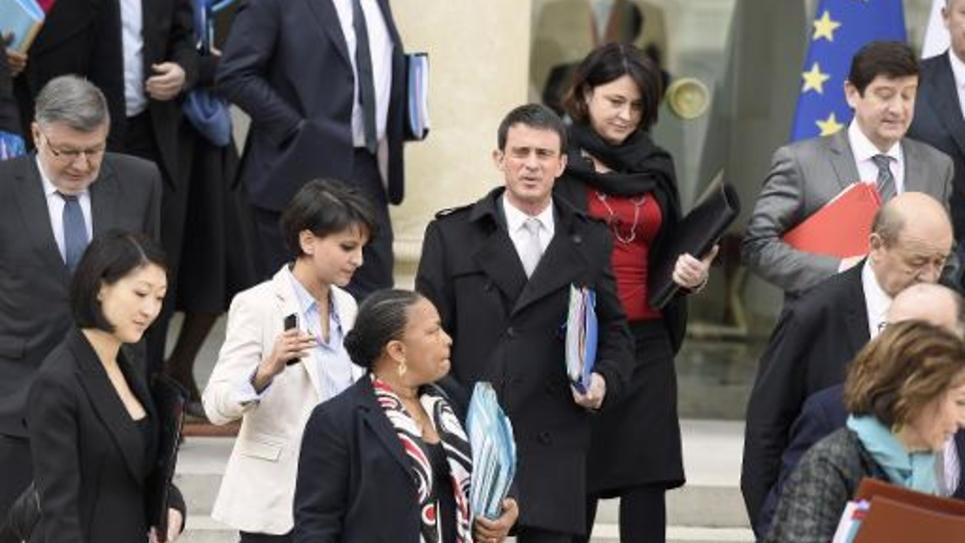 Le Premier minisre Manuel Valls (C) au milieu des membres de son gouvernement le 1er avril 2015 à la sortie du conseil des ministres à l'Elysée à Paris