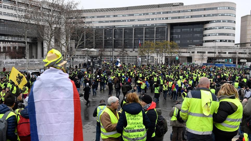 """Des """"gilets jaunes"""" rassemblés devant le ministère de l'Economie et des Finances à Bercy, le 12 janvier 2019 à Paris"""