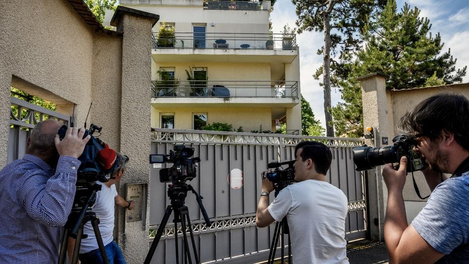 Des journalistes devant l'entrée de la résidence où vit le maire de Lyon Gérard Collomb, le 5 juin 2019