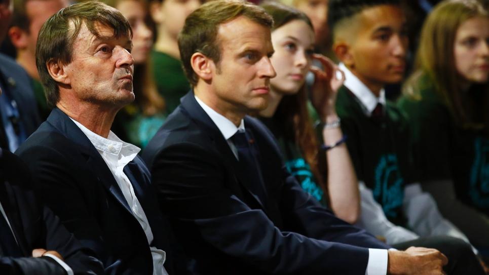 Le ministre de la Transition écologique Nicolas Hulot (G), assis au côté d'Emmanuel Macron, à Rungis, le 11 octobre 2017