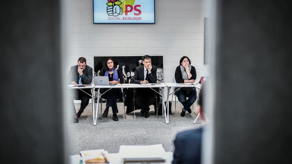 Le secrétaire général du PS Olivier Faure (C) aux côtés de ses collaborateurs le 8 janvier 2019 à Ivry-sur-Seine