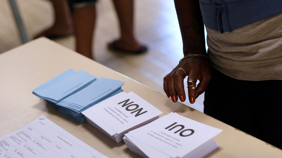 """""""Voulez-vous que la Nouvelle-Calédonie accède à la pleine souveraineté et devienne indépendante ?"""" Oui ou Non les deux bulletins possibles dans un bureau de vote à Nouméa le 4 novembre 2018"""