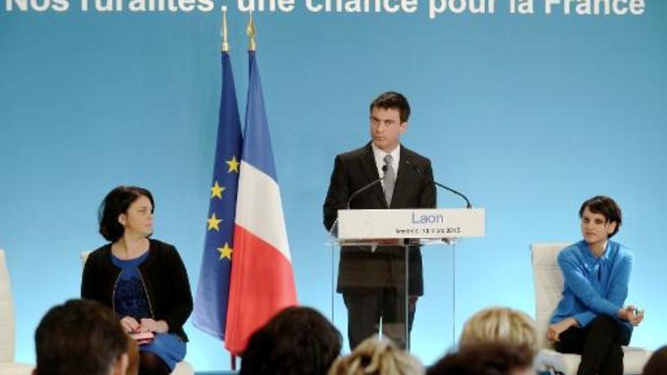 Le Premier ministre Manuel Valls (c) entouré de Sylvia Pinel (g), ministre du logement, et Najat Vallaud-Belkacem (d), ministre de l'Education, le 13 mars 2015 à Laon, dans l'Aisne