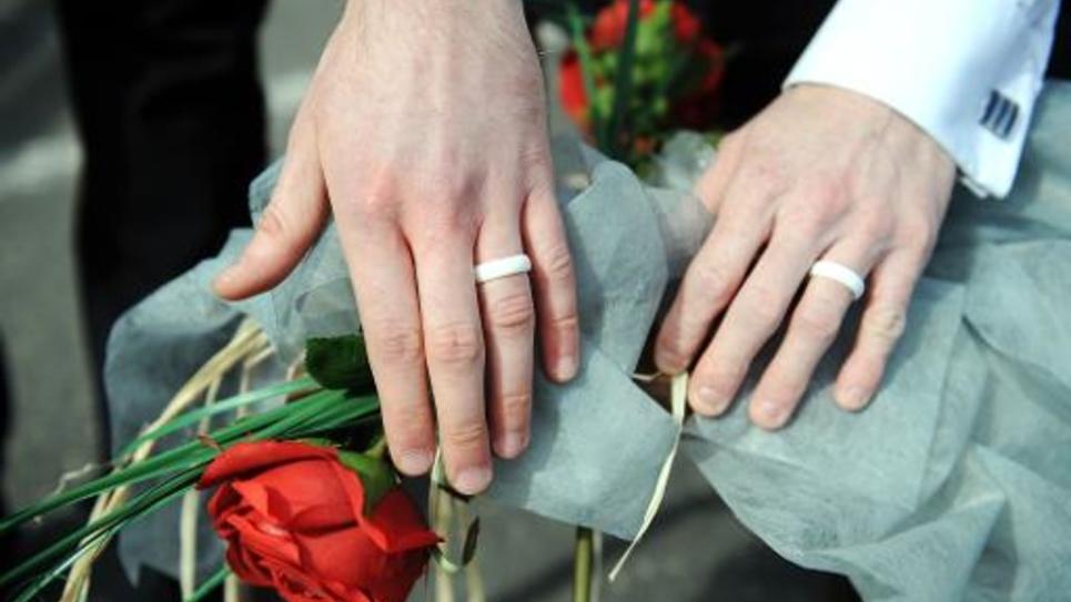 """Les mains de deux hommes à leur """"mariage symbolique"""" en France en avril 2012"""