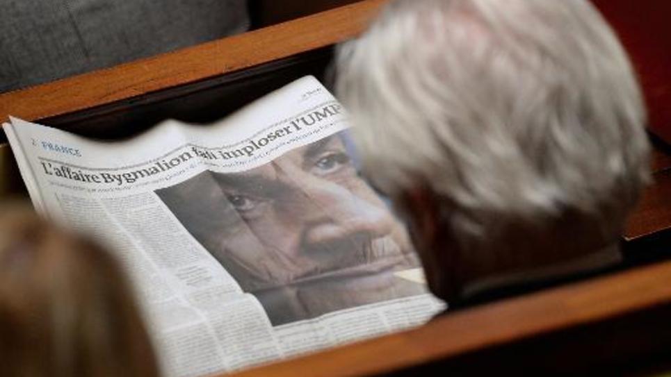 Un député lit un article du Monde consacré à l'affaire Bygmalion, le 27 mai 2014 à Paris