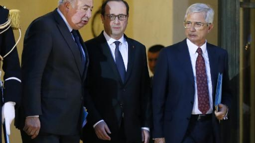 Le président François Hollande (c), le président du Sénat Gérard Larcher (g) et le président de l'Assemblée nationale Claude Bartolone à l'Elysée le 8 janvier 2015